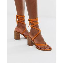 ASOS DESIGN - Sandalen aus Wildleder mit tropischem Design und Beinschnürung - Orange