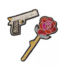 Macon&Lesquoy; Stickbroschen Set of 2 Gun and Rose