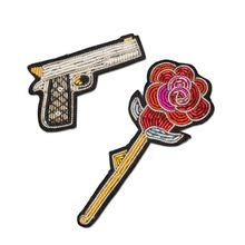 Macon&Lesquoy; Stickbroschen Set of 2 Gun and Rose - Mehrfarbig