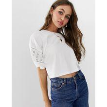 ASOS DESIGN - Kurz geschnittenes T-Shirt mit Ärmeln mit Lochstickerei - Weiß
