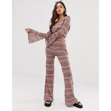 Missguided - Ausgestellte Hose in Rosa mit Sparrenmuster, Kombiteil - Mehrfarbig