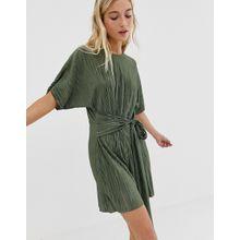 ASOS DESIGN - Kurzärmliger, plissierter, kurzer Jumpsuit mit gebundener Vorderseite - Grün