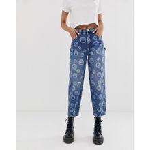 ASOS DESIGN - Skater-Boyfriend-Jeans in verwaschenem Mittelblau mit lustigem Muster - Blau