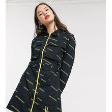 COLLUSION – Hemdkleid mit durchgehendem Reißverschluss, Taschen und Text-Muster-Schwarz