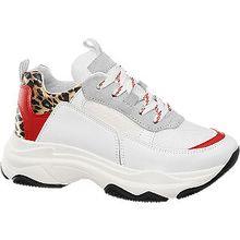 Der Chunky Sneaker von Venice überzeugt mit seinem Design auf ganzer Linie! Durch sein auffälliges Leopardenmuster und seine trendige Farbgebung in Rot und Weiß ist er ein echter Hingucker am Fuß. Für den nötigen Tragekomfort sorgt dabei der 5,0 cm hohe zeitlose Plateauabsatz. Kombiniert zu modischen Sportoutfits oder legerer Kleidung ist dieser Schuh perfekt für den Frühling und Sommer geeignet! Das Model trägt Schuhgröße 38.