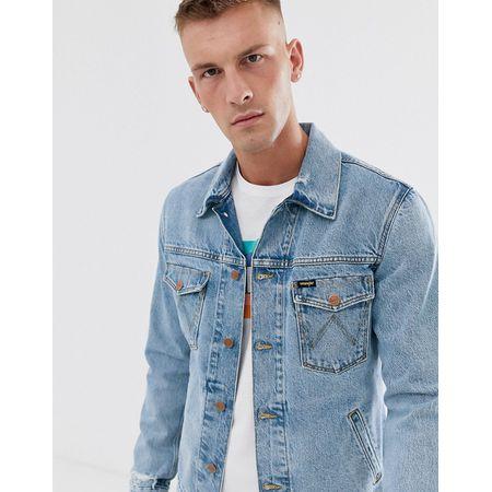Wrangler Jeansjacke in hellblauer Waschung mit Rückenaufdruck im Used Look Blau