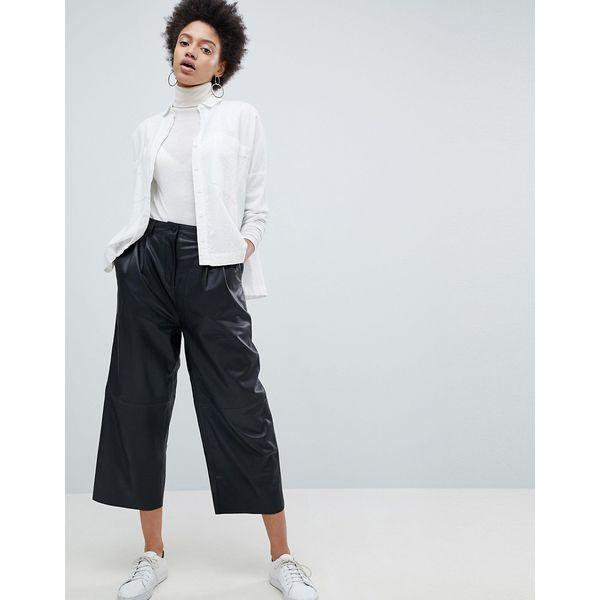 Selected Femme - Kurz geschnittene Hose aus Leder mit weiten Beinen - Schwarz